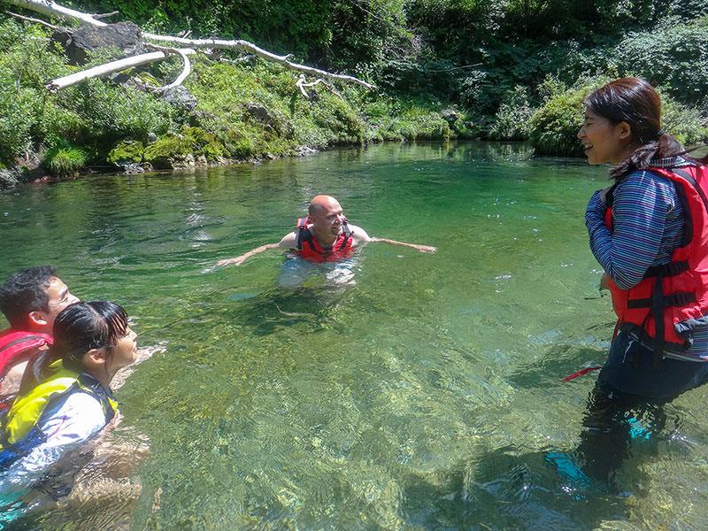 清流で泳ぐ子ども