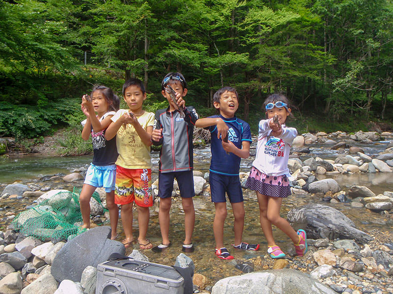魚を捕まえた子ども達